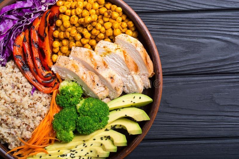 有鲕梨鸡、胡椒、奎奴亚藜和鸡豆的菩萨碗 健康的食物 免版税图库摄影