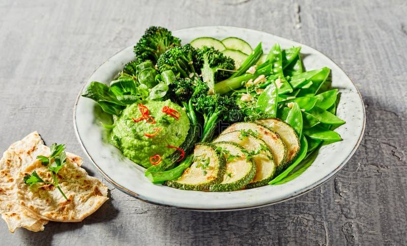 有鲜美绿色素食者的菩萨碗 免版税库存图片