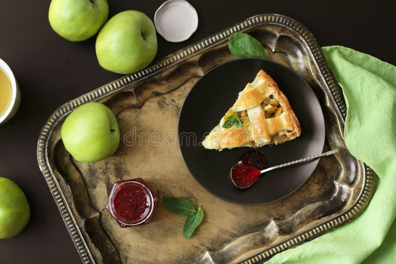 有鲜美自创苹果饼和山莓果酱片断的板材在葡萄酒盘子 免版税图库摄影