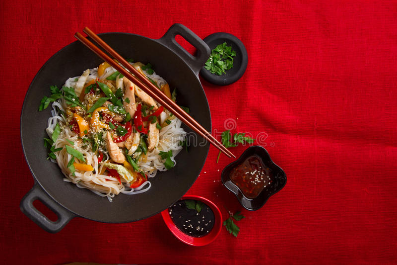 有鸡和菜的亚洲米线铁锅 免版税库存照片
