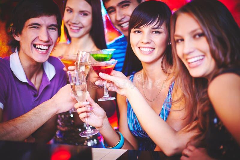 有鸡尾酒的乐趣当事人人年轻人 免版税图库摄影