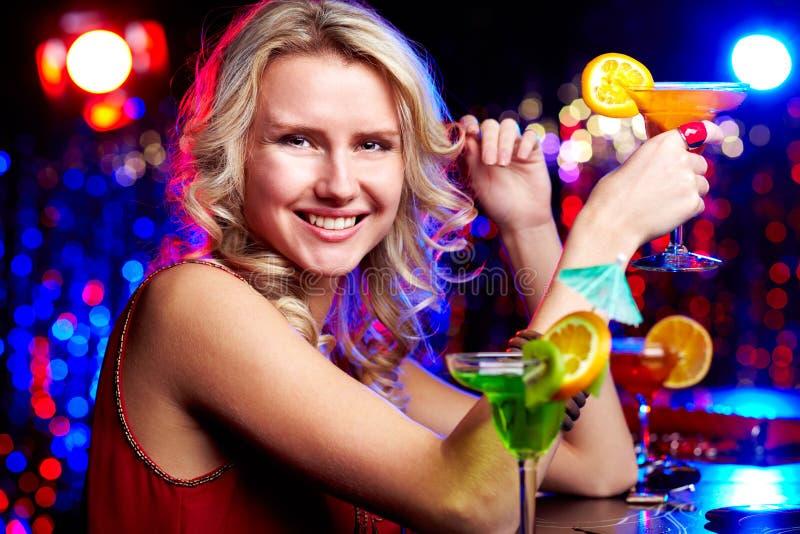 有鸡尾酒的愉快的女孩 免版税库存照片