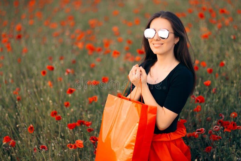 有鸦片围拢的购物带来的时尚妇女 免版税库存图片