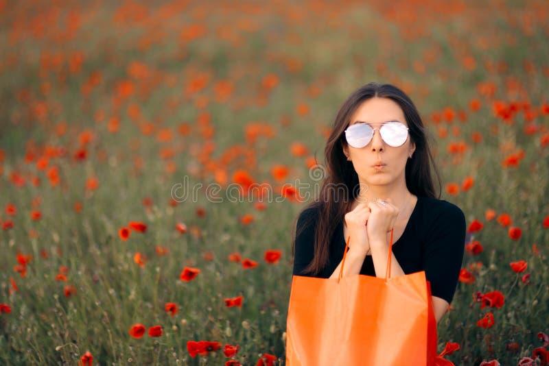 有鸦片围拢的购物带来的时尚妇女 库存图片