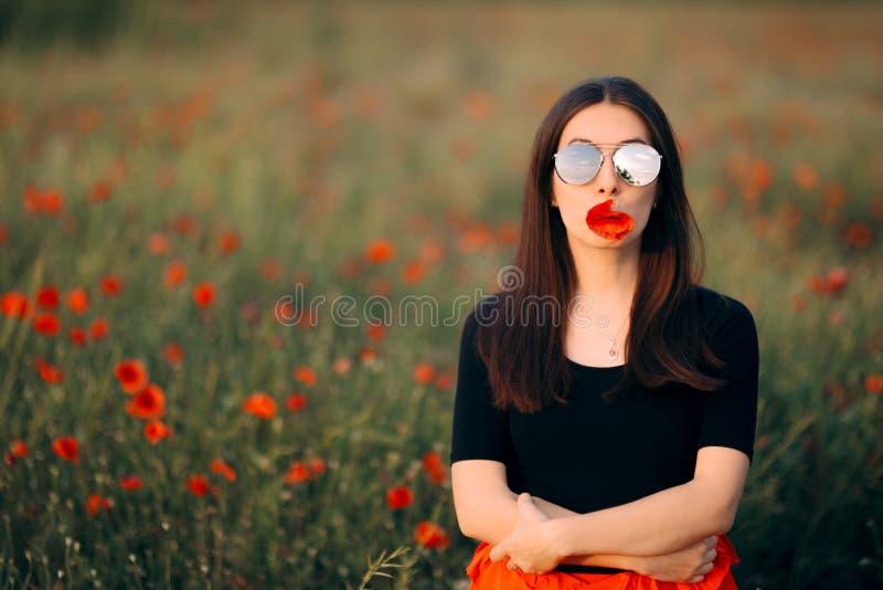 有鸦片的妇女在她的嘴时尚画象 免版税库存照片