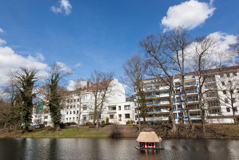 有鸭子房子的湖在布里曼 库存照片