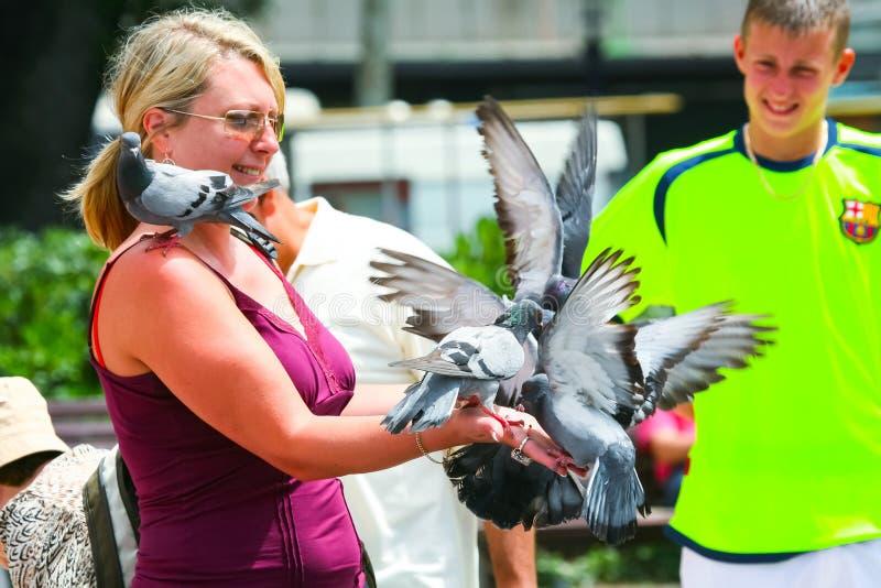 有鸽子的妇女 免版税库存图片