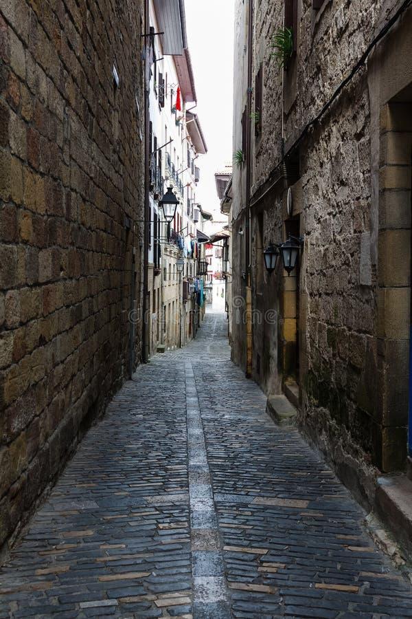 有鹅卵石的狭窄的街道 免版税库存图片