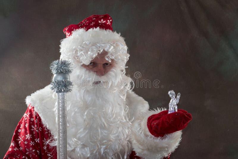有鹿的圣诞老人从经典红色衣裳的拉普兰 童话愉快的圣诞节的概念 快活的圣诞节 图库摄影