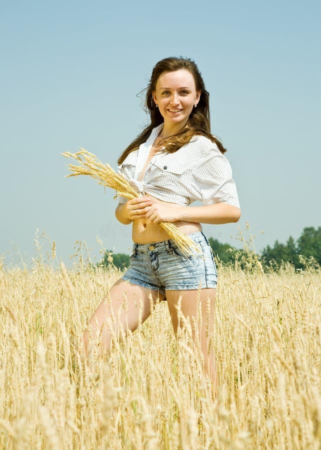 有麦子耳朵的女孩 免版税库存图片