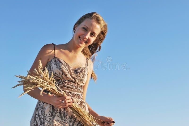 有麦子花束的美丽的女孩  库存照片