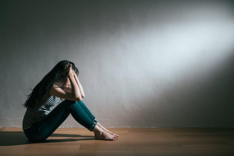 有麻烦和得到消沉病症的女孩 图库摄影