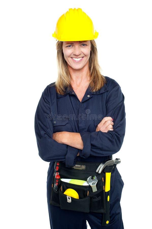 有黄色安全帽的可爱的建筑师妇女 图库摄影