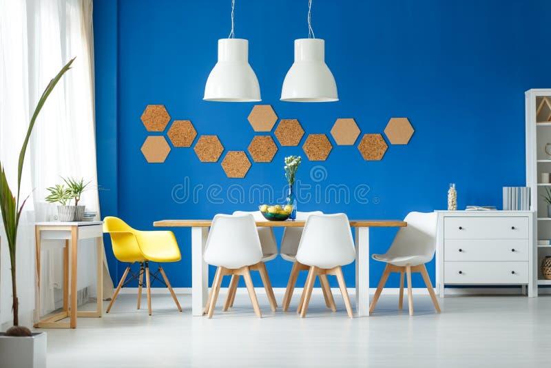 有黄色椅子的时髦室 免版税库存图片