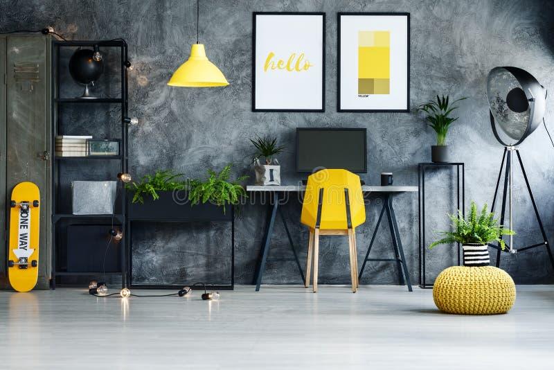 有黄色滑板的家庭办公室 免版税库存图片