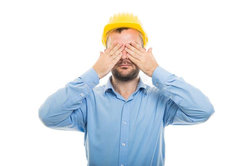 有黄色盔甲覆盖物眼睛的年轻建筑师 图库摄影