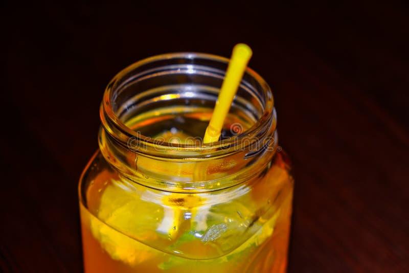 有黄色秸杆的新鲜的柠檬水瓶子 用夏天果子和莓果 r 库存图片