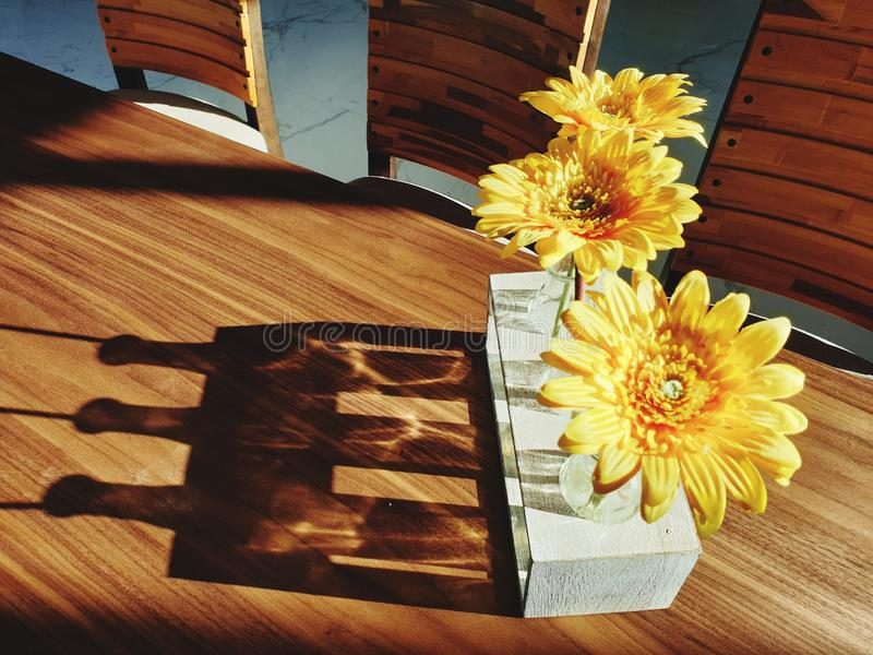 有黄色颜色的最小的花瓶 免版税库存照片