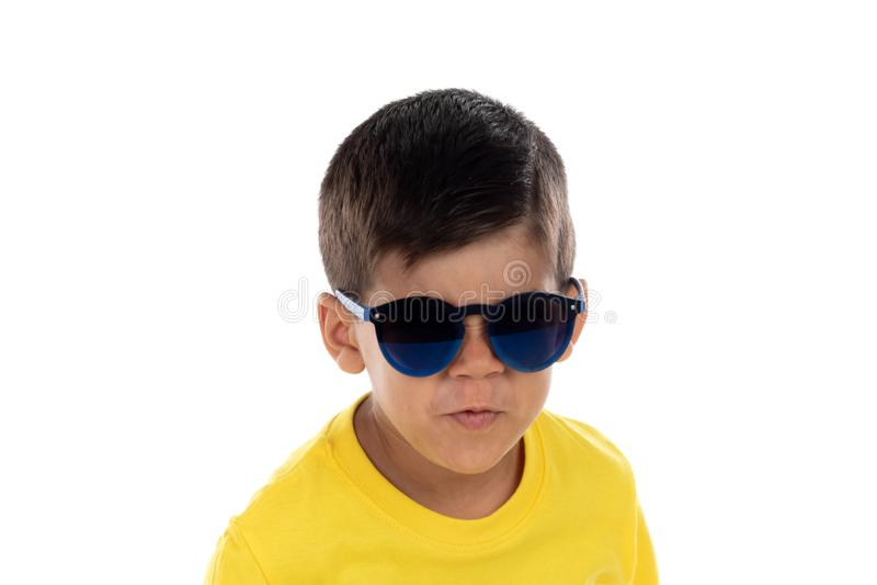 有黄色T恤杉和太阳镜的滑稽的孩子 免版税库存图片