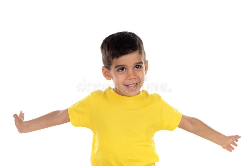 有黄色T恤杉的激动的孩子 免版税库存图片