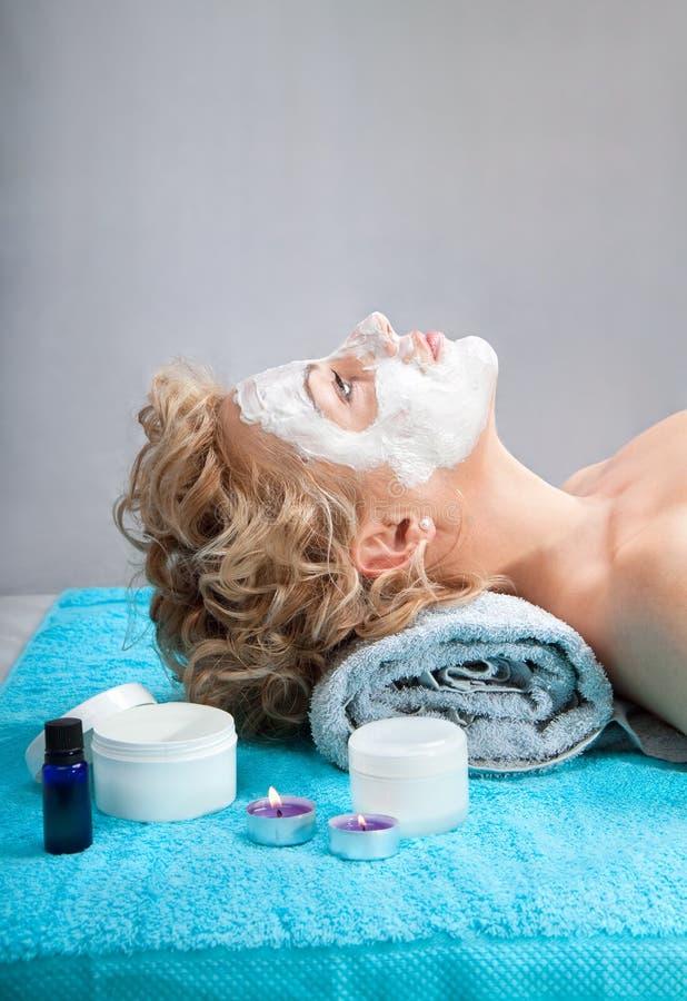 有黏土脸面护理屏蔽的少妇 免版税库存图片