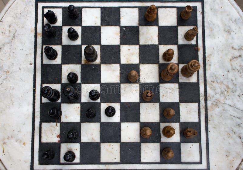 有黑和黄色图的顶视图室外石棋枰 竞争和战略概念 失败和战斗概念 免版税库存图片