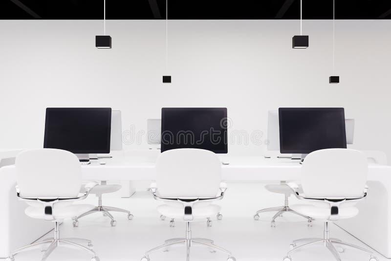 有黑屏幕的,办公室三台计算机 皇族释放例证