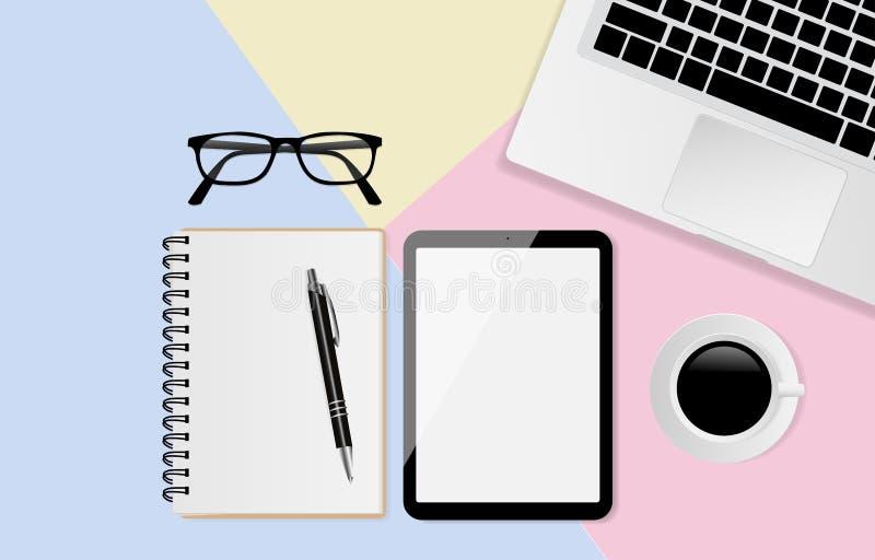 有黑屏的数字片剂和笔记本、笔、玻璃、膝上型计算机和咖啡杯在淡色背景,平的位置,顶视图 皇族释放例证