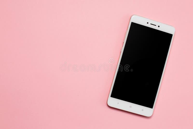 有黑屏的智能手机在桃红色背景 图库摄影