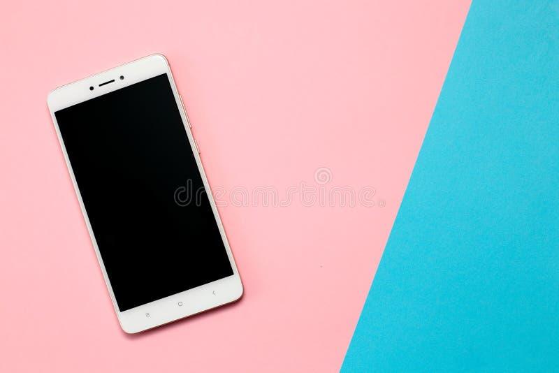有黑屏的智能手机在桃红色背景 库存图片