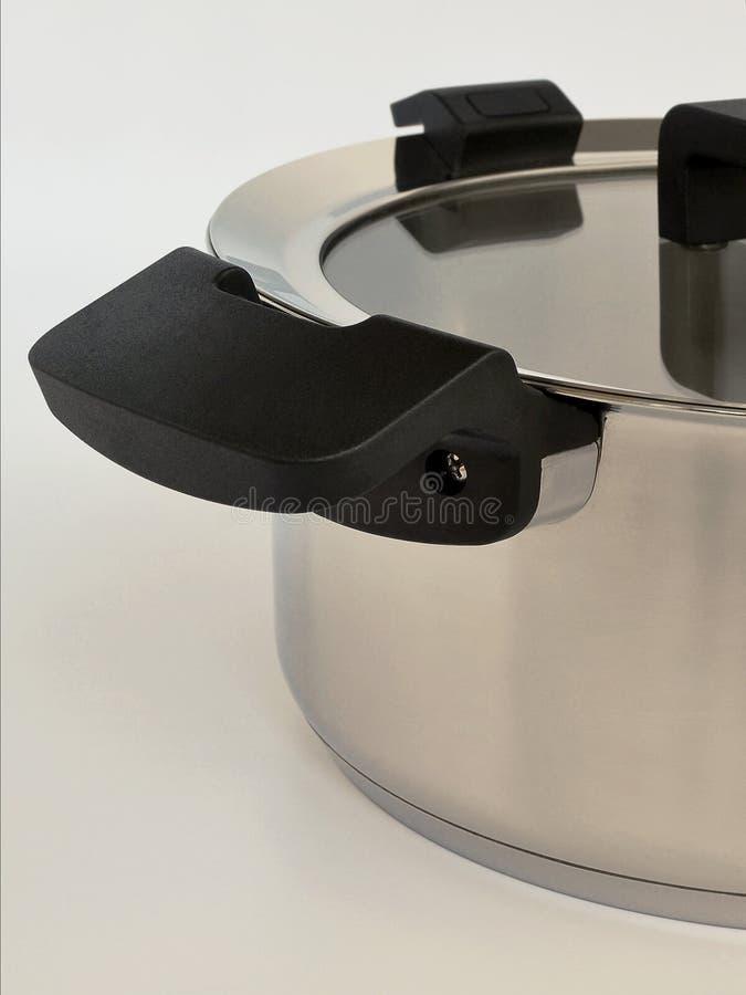 有黑把柄的现代白合金汤罐,时髦的厨房概念 免版税图库摄影