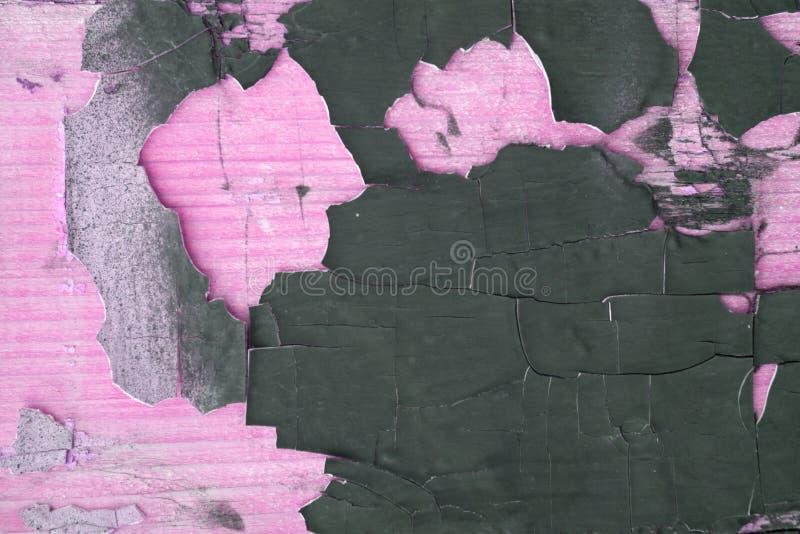 有黑油漆滴水、下落和污点的粉红彩笔混凝土墙 抽象背景,粗砺难看的东西纹理,肮脏和杂乱老 免版税库存图片