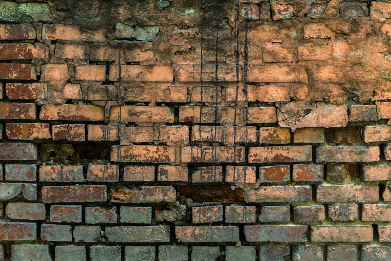 有黑油漆的老被绘的砖墙滴下 免版税库存图片