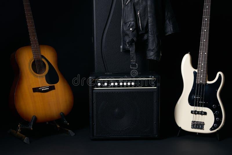 有黑白电低音吉他和放大器的音响国家吉他 免版税图库摄影