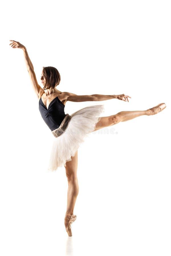 有黑白芭蕾舞短裙的芭蕾舞女演员 库存图片