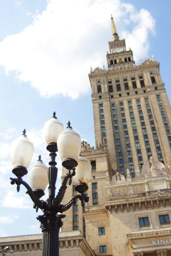有黑白街灯的华沙劳动人民文化宫和科学在前面在一个晴天 免版税库存图片