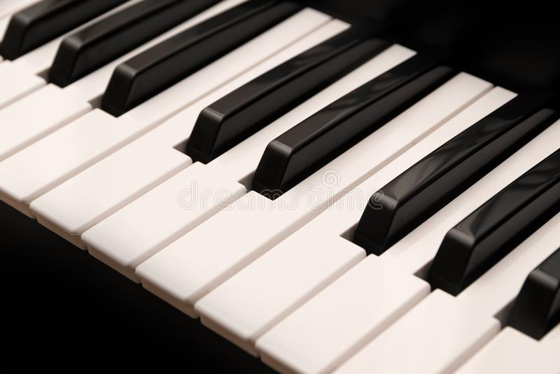 有黑白钥匙的经典大平台钢琴键盘作为musi 库存图片