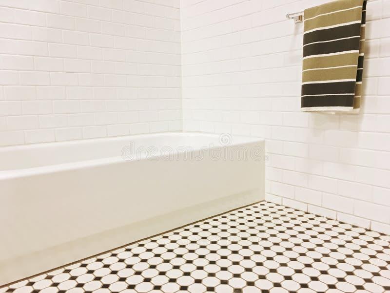 有黑白陶瓷砖装饰的新的卫生间 库存图片