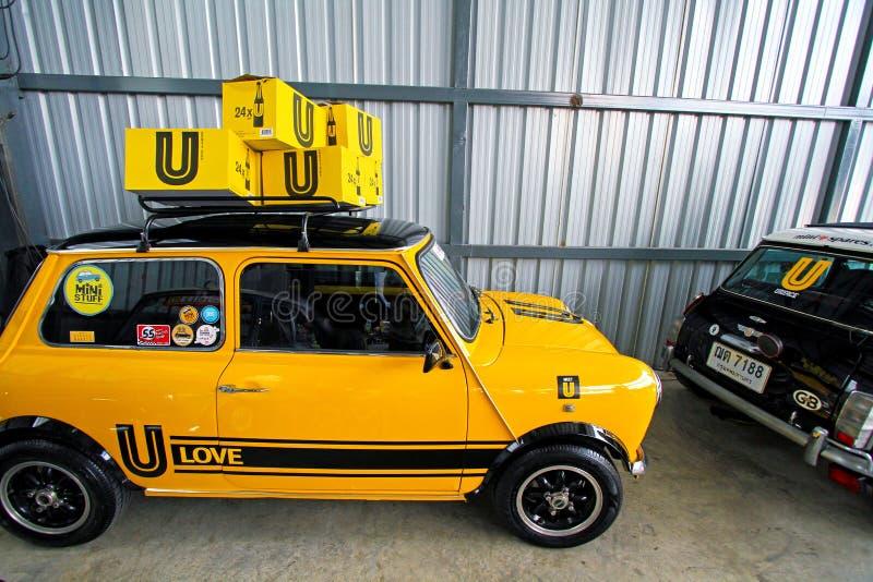 有黑轮子的黄色微型奥斯汀经典汽车 库存照片