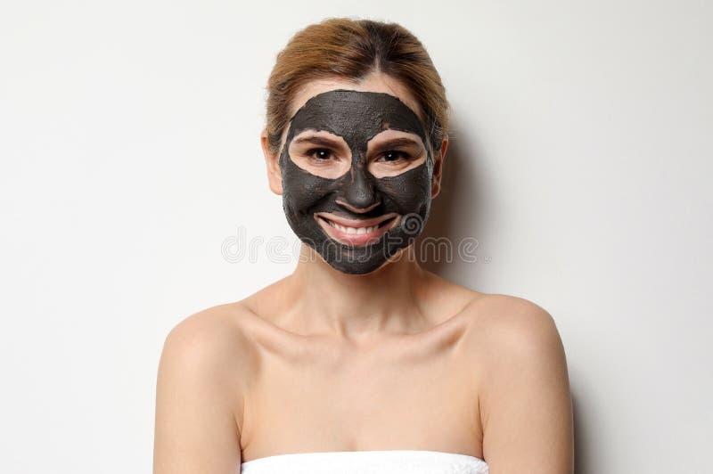 有黑面具的美女在面孔 图库摄影