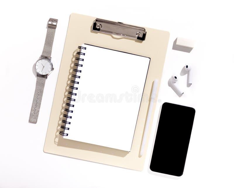 有黑黑屏的手机在与供应的办公室桌上 免版税图库摄影