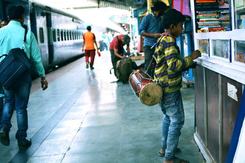 有鼓的一个贫穷的男孩 图库摄影