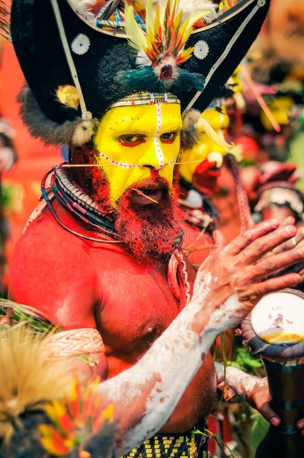 有鼓的当地人在巴布亚新几内亚 免版税库存照片