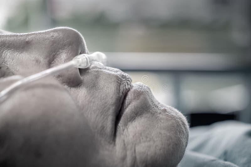 有鼻呼吸管的年长妇女 图库摄影