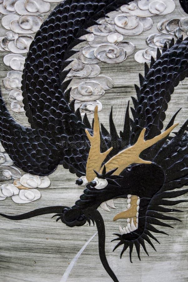 有龙的古老皇家中国瓷花瓶 库存图片
