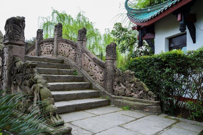 有龙雕塑的古老桥梁,中国 免版税库存照片