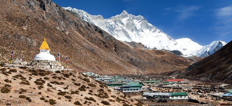 有登上的洛子峰Stupa和Dingboche村庄 库存图片