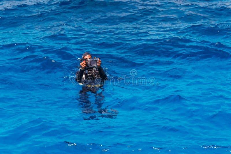 有水下的照相机的轻潜水员 库存照片