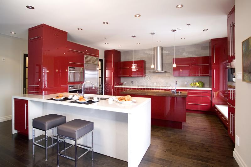 有2不同海岛的当代红色现代厨房 免版税库存图片