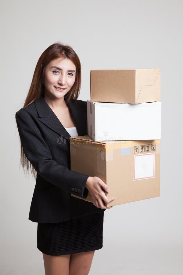 有3个运送箱的年轻亚裔职业妇女 免版税库存图片
